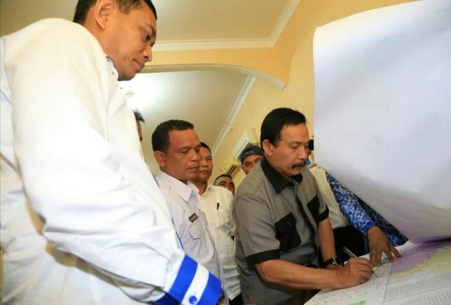Bupati Batu Bara melakukan penandatangan berita acara tapal batas wilayah disaksikan bupati simalungun