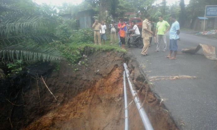 Bencana tanah longsor akibat hujan deras, Selasa (19/9/2017), di Jalan Rakutta Sembiring.