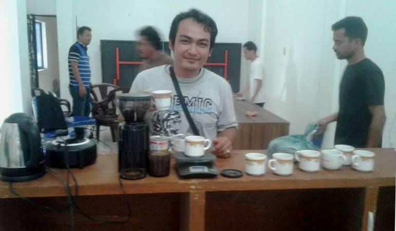 Salah seorang peserta pelatihan sedang mempraktekkan cara meracik kopi.