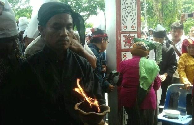 Salah seorang pengunjukrasa menuntut pembentukan panitia angket membakar dupa di depan Gedung DPRD, Kamis (19/4/2018).