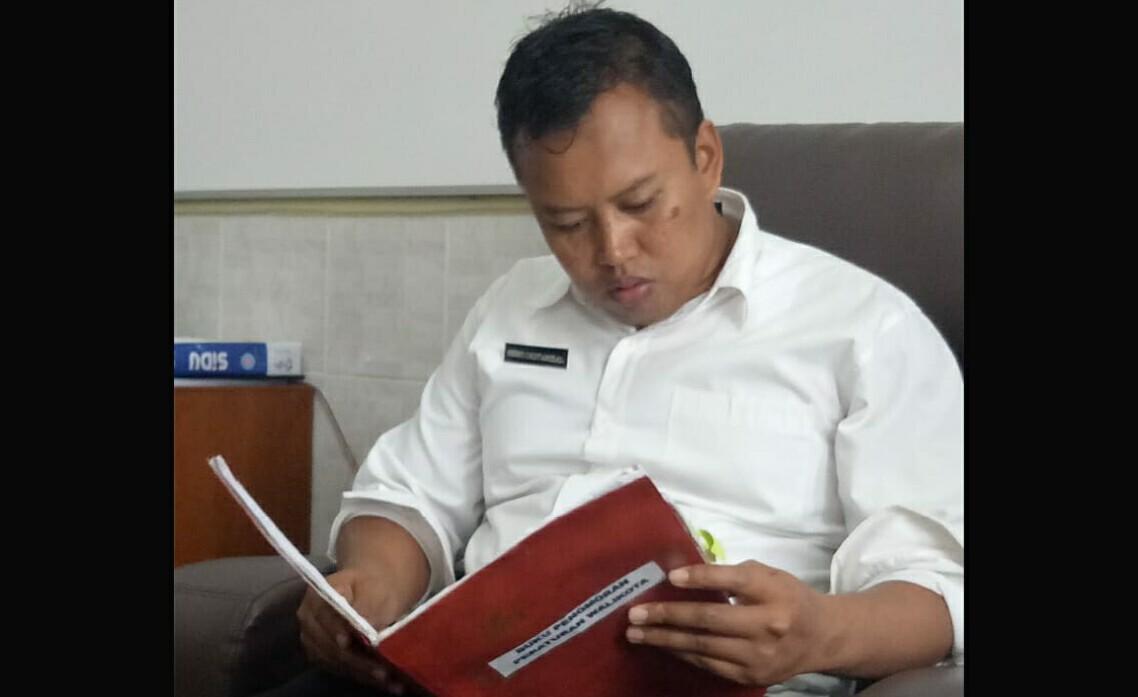 Kabag Hukum, Herry Oktarizal, sedang memeriksa daftar produk hukum yang dibuat dalam rentang dua bulan terakhir, di ruang kerjanya, Rabu (12/9).