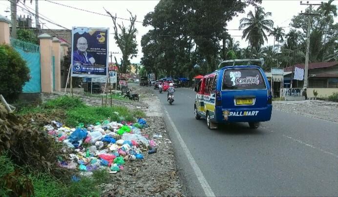 Tumpukan sampah di tepi Jl. Asahan Km II depan kantor pegadaian, Minggu (9/12). (isiantar/nda).