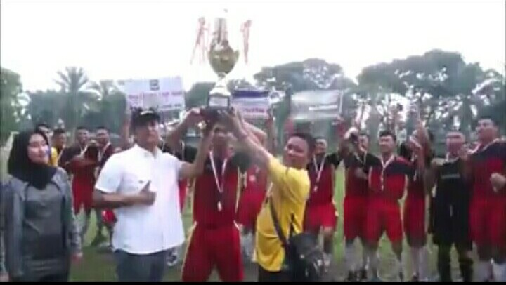 Walikota Pematangsiantar menyerahkan trophy Walikota Cup 2018 kepada Kesebelasan SMA RK Bintang Timur, Jumat (30/11/2018).