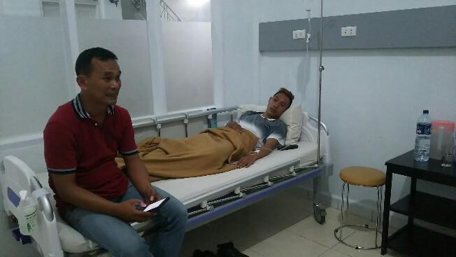 Try Aditya terbaring di rumah sakit saat dijenguk rekan-rekan wartawan, Sabtu malam (12/1/2019). (isiantar/nda).