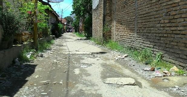 Salah satu badan jalan yang kondisinya rusak di kota Siantar. (isiantar/nda).