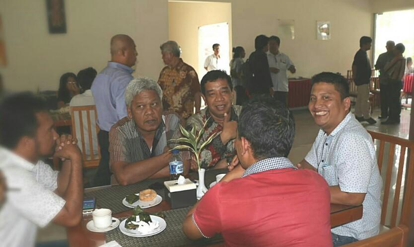 Rado Damanik (kanan) tersenyum ke arah kamera, disebelahnya Alpeda Sinaga mengacungkan jempol, dan Direktur SoPo Kristian Silitonga, saat break acara Ngobrol Santai Soal Siantar bareng Alpeda Sinaga, di Grand Palm Hotel, Sabtu (9/2/2019). (Dok. cakapcakapsiantar).