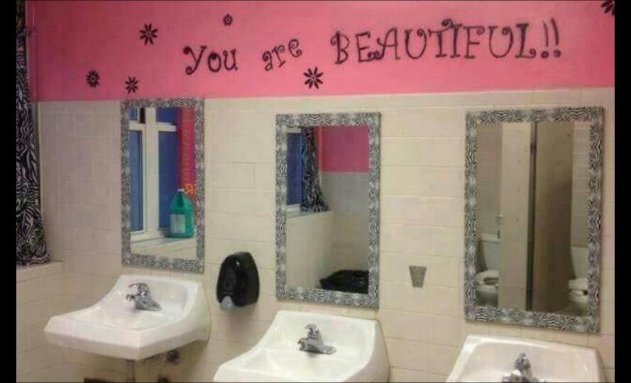 Toilet sekolah yang terlihat bersih dengan kalimat sugesti positif di atas cerminnya.