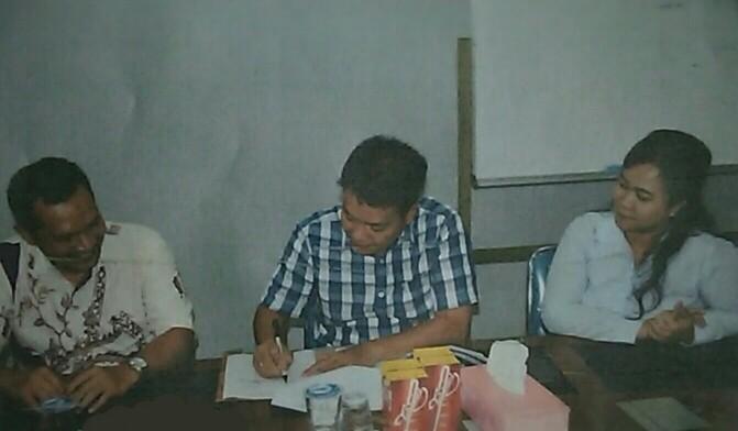 (Kiri ke kanan) Ketua P3M Fakultas Psikologi USU Fahmi Ananda, Dirut PDAM Tirtauli Zulkifli Lubis, dan Dirum Berliana Napitu, saat penandatanganan MoU, Selasa (26/2/2019).