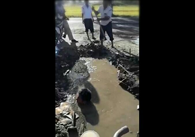 Petugas teknis PDAM Tirtauli masuk ke dalam kubangan saat melakukan perbaikan pipa. (isiantar/nda).