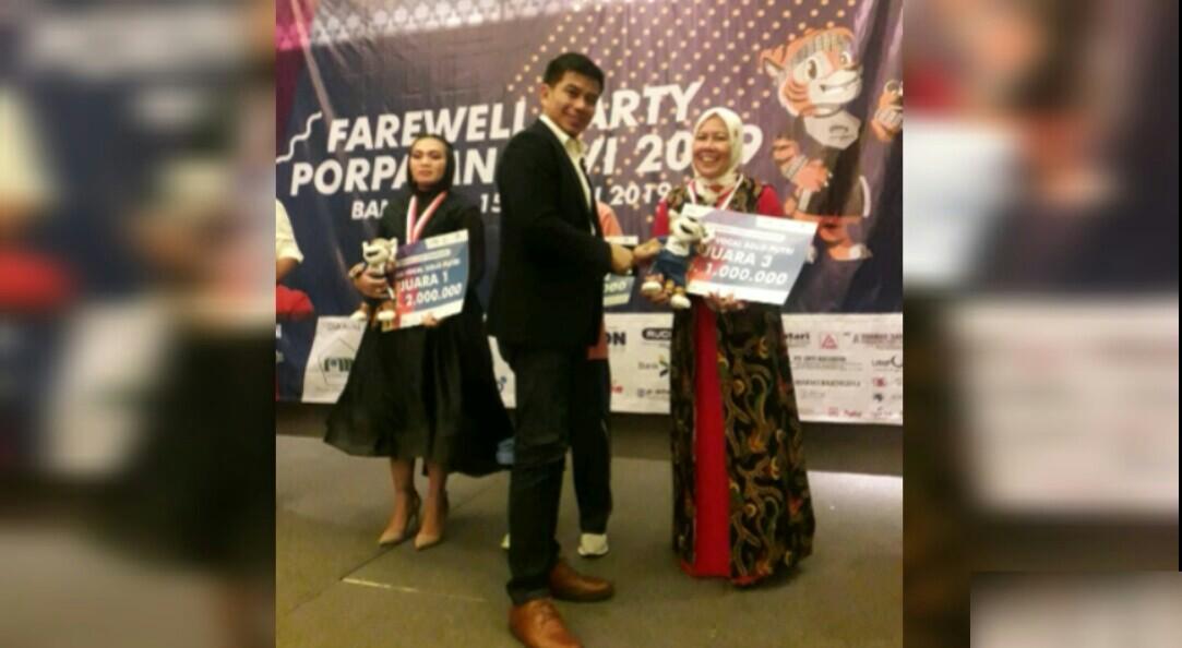 Humas PDAM Tirtauli Rosliana Sitanggang tengah menerima piala dan hadiah sebagai Juara III Vokal Solo di kompetisi Porpamnas, di Bandung, Jawa Barat, Kamis (18/7/219).