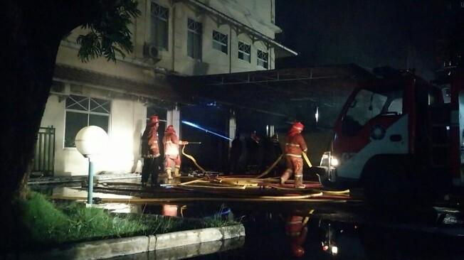 Petugas Damkar Pemko Siantar tengah berupaya memadamkan api kebakaran di gedung farmasi RS Horas Insani, Jalan Medan, Kamis (18/7/2019) sekitar Pukul 02.00. (isiantar/nda).