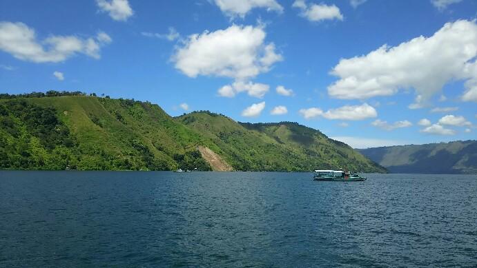 Salah satu pemandangan perbukitan di sekitar Danau Toba difoto dari atas kapal. (isiantar/nda).