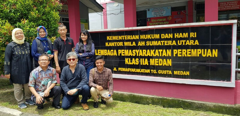 Gomar Gultom dan kawan-kawan mengunjungi penjara Medan.