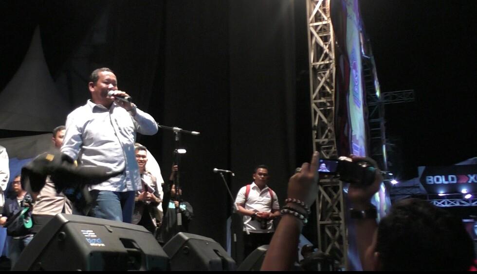 Bupati Samosir Rapidin Simbolon di Panggung SMI 2019 saat akan melempar jaket pemberian Jokowi ke kerumunan penonton, Sabtu malam (24/8/2019). (Foto: Dok. Cakapcakapsiantar)