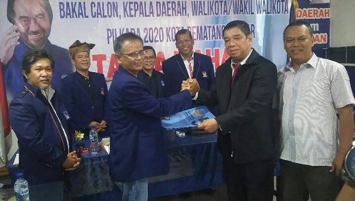 Alpeda Sinaga saat menerima formulir pendaftaran dari Ketua Bapilu DPD NasDem Frengki Boy Saragih, Jumat (4/10). (isiantar/nda).