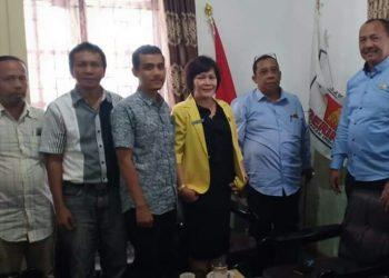 Ketua LBH Pematangsiantar foto bersama dengan Pengurus Fraksi Partai Gerindra DPRD Siantar, Jumat (8/11/2019).