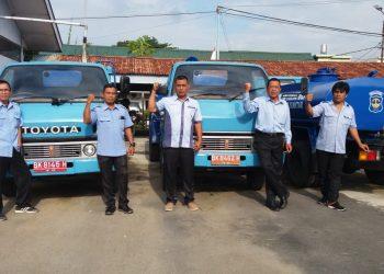 Petugas layanan mobil tangki gratis PDAM Tirtauli yang selalu sigap beroperasi di setiap terjadi gangguan layanan, berpose di depan armadanya masing-masing, Senin (23/12) pagi.