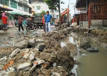 Proyek perbaikan drainase di Jalan dr Wahidin, Minggu (8/9), yang menyebabkan layanan air PDAM ke sejumlah pelanggan terganggu.