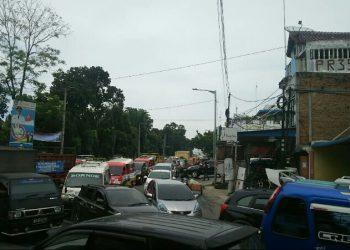 Kemacetan di Jalan S Parman dan Jalan Sangnaualuh, Kamis (19/12) pagi. (isiantar/nda).