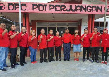 Pengurus partai dan fraksi PDI Perjuangan kota Siantar foto bersama di depan kantor DPC, Sabtu (4/1/2020).