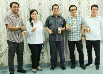 Foto bersama jajaran direksi bersama Dewan Pengawas PDAM Tirtauli dan Kacab Bank Mandiri Pematangsiantar saat peluncuran penggunaan Mesin EDC untuk pembayaran rekening air PDAM Tirtauli pada Selasa 14 Januari 2020.