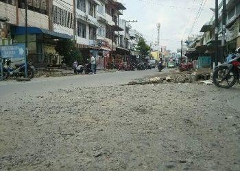 Material batu kerikil yang terkelupas dari aspal akibat penggalian proyek drainase berserakan di atas badan Jalan Wahidin, Selasa (14/1/2010). (isiantar/nda).