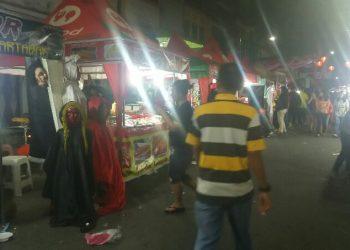 Pemandangan deretan lapak berjualan di Jalan Bandung yang dikemas dalam kegiatan bertajuk Imlek Fair Tahun 2020 di Kota Siantar, Minggu malam (12/1). (isiantar/nda).