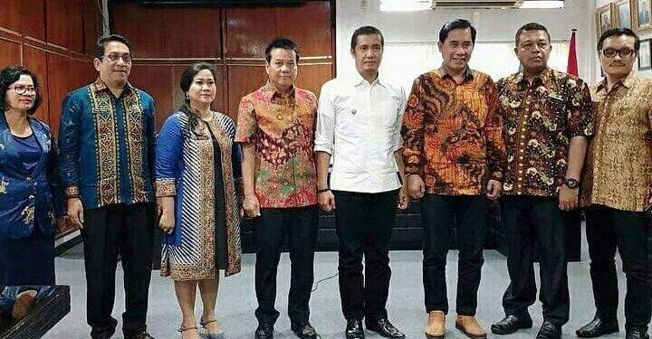 Walikota Pematangsiantar foto bersama dengan jajaran direksi dan Dewan Pengawas PDAM Tirtauli dan juga Direktur Utama PDAM Kota Malang, usai penandatanganan MoU antara PDAM Tirtauli dengan PDAM Kota Malang, Jumat (7/2/2020).