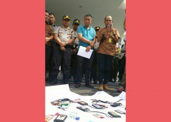 Pejabat Kejari Pematangsiantar dan kepolisian yang melakukan pengawalan berdiri menghadap massa wartawan yang menggelar unjukrasa, Jumat (31/1/2020). (isiantar/nda).