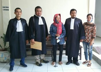 Esterlan boru Sihombing foto bersama dengan tim pengacara LBH Pematangsiantar usai sidang pembacaan putusan sela di PN Simalungun, Senin (13/4/2020). (isiantar/nda).