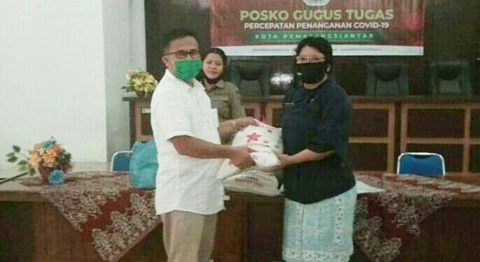 Kabag Keuangan PDAM Tirtauli, Muliadi SE, saat menyerahkan bantuan sembako dari PDAM Tirtauli yang diterima oleh petugas Gugus Tugas Covid-19 Pemko Pematangsiantar, Jumat (8/5).