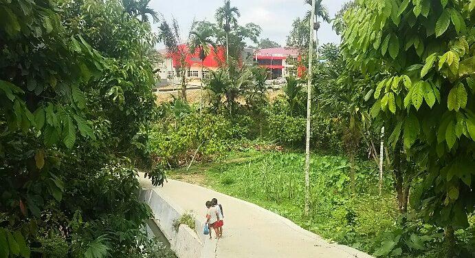 Penampakan sebuah gedung dari Jalan Pdt Wismar Saragih yang diduga dibangun di kawasan hijau dan tanpa izin yang lengkap, Jumat (26/6). (isiantar/nda).