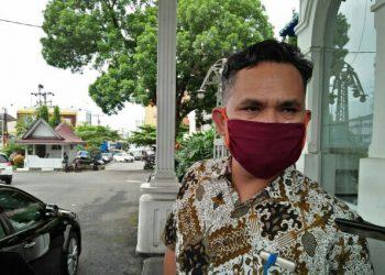 Ketua KPU Kota Pematangsiantar, Daniel Dolok Sibarani, saat diwawancarai wartawan di depan gedung Balai Kota, Kamis (4/6/2020).