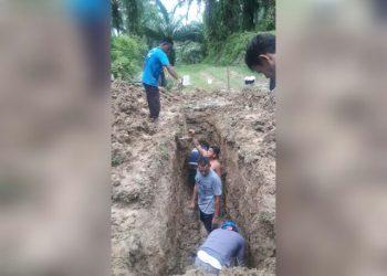 Proses perbaikan pipa distribusi PDAM Tirtauli yang pecah di Kebun Afdeling VI PTPN IV, Pondok Malaysia, Kabupaten Simalungun, Kamis (4/6) pagi.