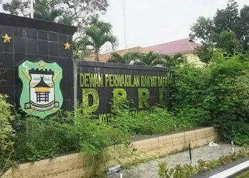 Taman Hias Gedung DPRD Siantar yang menghadap Lapangan Adam Malik disesaki sampah dan semak belukar, Kamis (9/7/2020). (isiantar/nda).
