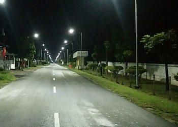 Penampakan lampu jalan yang dipasang Pemko Siantar di Jalan Pdt Justin Sihombing, depan pabrik STTC. (isiantar/nda).