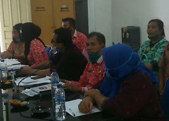 Agus Salam bersama pejabat di Dinas Perizinan Kota Siantar saat mengikuti rapat di Komisi II DPRD Kota Siantar, Kamis (23/7/2020). (isiantar/nda).