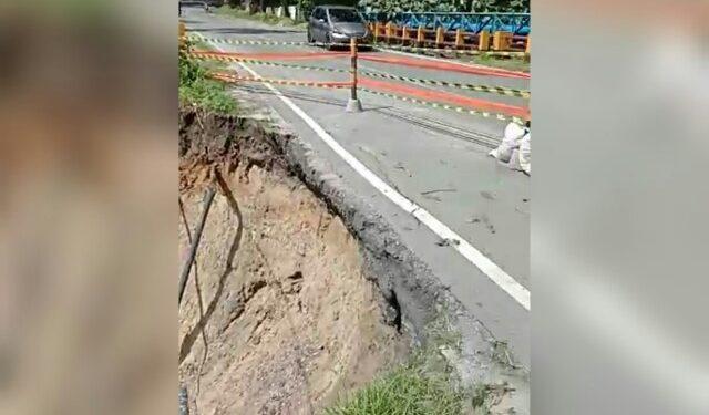 Longsoran tanah akibat banjir menyebabkan kerusakan pipa PDAM Tirtauli di Jalan Sisingamangaraja, Minggu (12/7) pagi. (isiantar/nda).