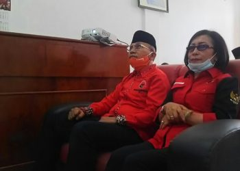 Pasangan Anton - Rospita saat mengikuti acara Pengumuman Tahapan III 75 Pasangan Calon Kepala Daerah Pilkada Serentak secara virtual, dari kantor DPC PDI Perjuangan Kabupaten Simalungun, Selasa (11/8/2020) pagi. (isiantar/nda).