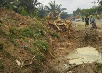 Spot pipa distribusi PDAM Tirtauli yang patah akibat terkena akar pohon yang dicabut di tepi Jalan Siantar — Tanah Jawa, Selasa (11/8/2020). (isiantar/nda).