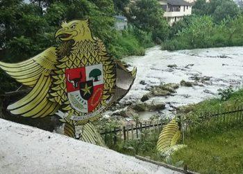 Pagar jembatan yang patah membuat aliran air sungai Bah Bolon terlihat lebih jelas dari atas Jalan MH Sitorus, Rabu (19/8/2020). (isiantar/nda).