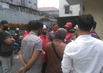 Abdul Wahid Katino salah seorang warga penggugat didampingi kuasa hukumnya saat diwawancarai wartawan usai sidang mediasi di PN Siantar.