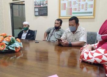 Adven Zetro dan Chandra Kusuma Pakpahan (tengah) dua pengacara LBH Pematangsiantar yang mendampingi warga Gang Demak dalam sidang mediasi, Selasa (8/9/2020).