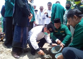 Asner Silalahi saat meletakkan batu pertama pembangunan Gedung Dakwah dan Pendidikan Syekh HM Arsyad Thalib Lubis Al Jamiyatul Washliyah, di Jalan Rajamin Purba, Kota Pematangsiantar, Selasa (22/9).