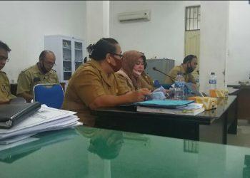 Kepala BPKD Kota Siantar, Masni, duduk di tengah pada barisan depan diantara deretan pejabat BPKD saat mengikuti rapat di Komisi II, Selasa (8/9/2020). (isiantar/nda).