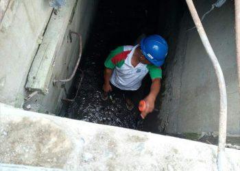 Petugas tim teknis PDAM Tirtauli sedang mengecek kebocoran pipa di bawah saluran irigasi, Jalan Pasar Batu, Rambung Merah, Sabtu (3/10/2020).