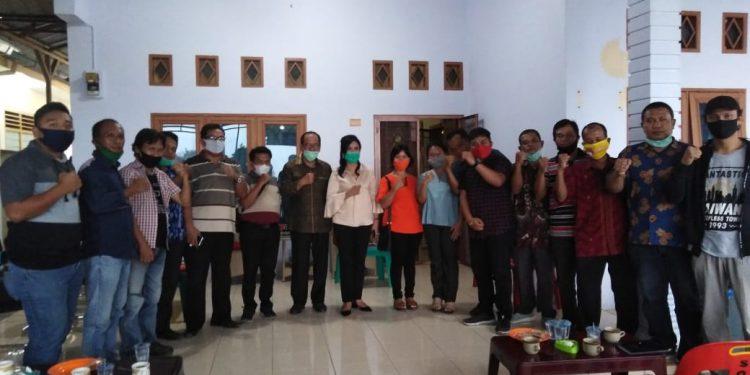 Alumni GMNI foto bersama dengan Asner Silalahi usai menggelar diskusi di kediaman Asner Silalahi, Minggu (11/10).