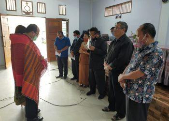 Asner Silalahi tengah didoakan oleh para pendeta HKBP se-Distrik V Sumatera Timur, Rabu (28/10/2020).