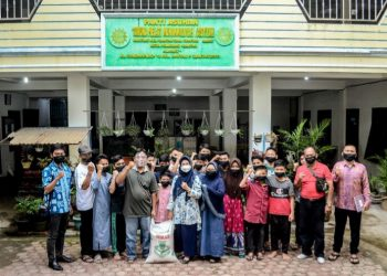 Dokter Susanti Dewayani SpA foto bersama dengan pengurus dan anak-anak Panti Asuhan Taruna Melati Muhammadiyah, Pematangsiantar.