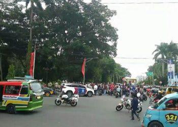 Detik-detik dua wartawan ditabrak mobil saat liput unjukrasa tolak UU Cipta Kerja di Jalan Merdeka, Senin (12/10). (isiantar/**)